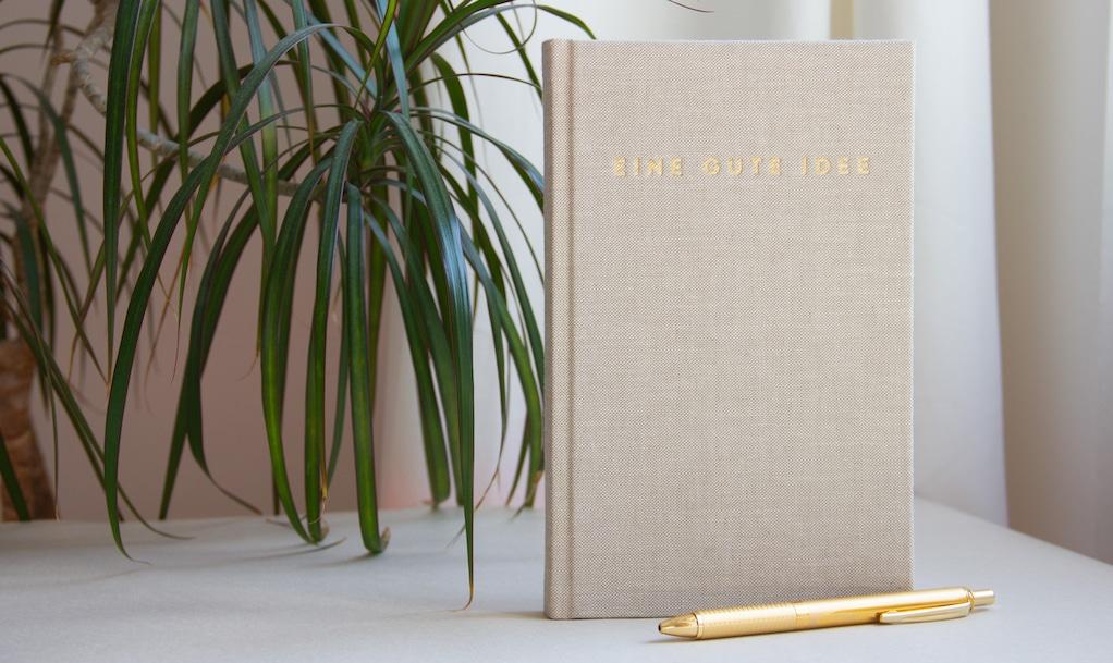Eine gute Idee ist ein nachhaltig produziertes Notizbuch mit viel Platz für Ideen und Impulse.