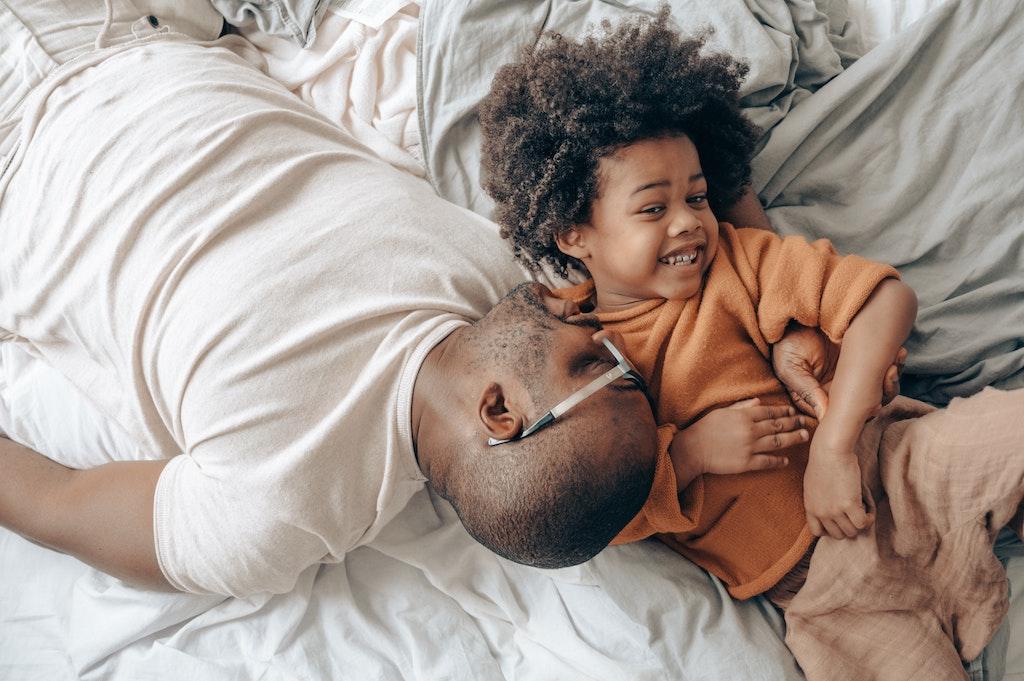 Kinder werden von Gefühlen regelrecht überrollt. Eltern können dabei helfen, Emotionen zu erlernen und einzuordnen