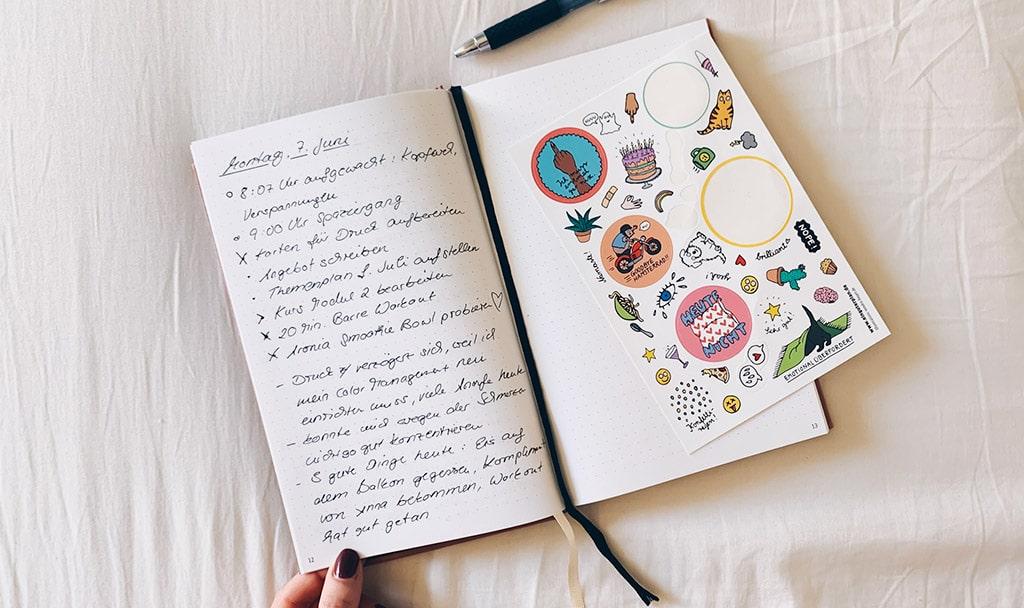 Ein Bullet Journal kann auch ganz schlicht gehalten werden, wie hier: eine Seite pro Tag mit Notizen, Aufgaben und Dankbarkeit.