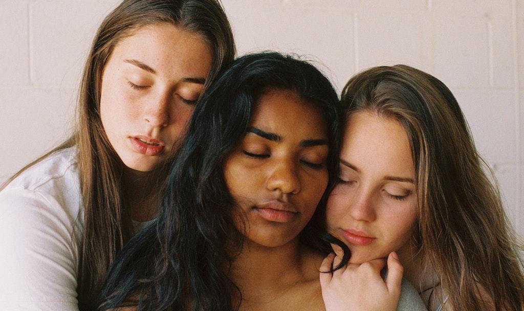 Durch eine aufrichtige Entschuldigung können sich Nähe, Verständnis und Verbundenheit wieder entwickeln - egal ob bei Freund*innen, Partner*innen oder anderen Mitmenschen.