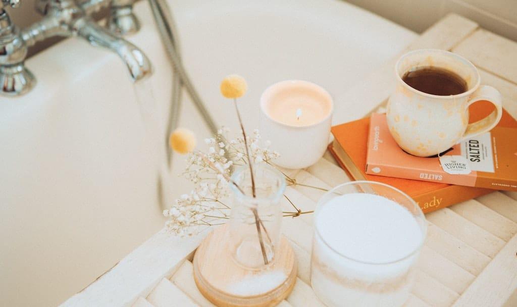 Eine heißt Badewanne, Tee und Duftkerzen. Selbstfürsorge oder Optimierung durch Konsum?